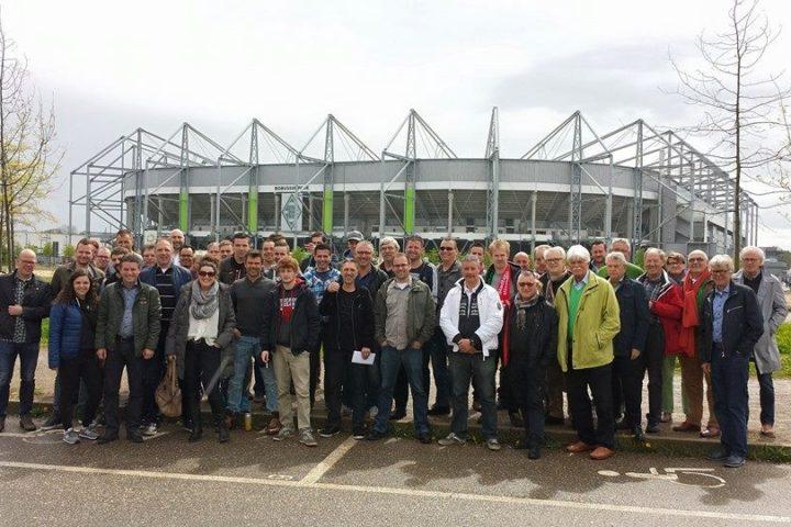 Groepsfoto voor het stadion